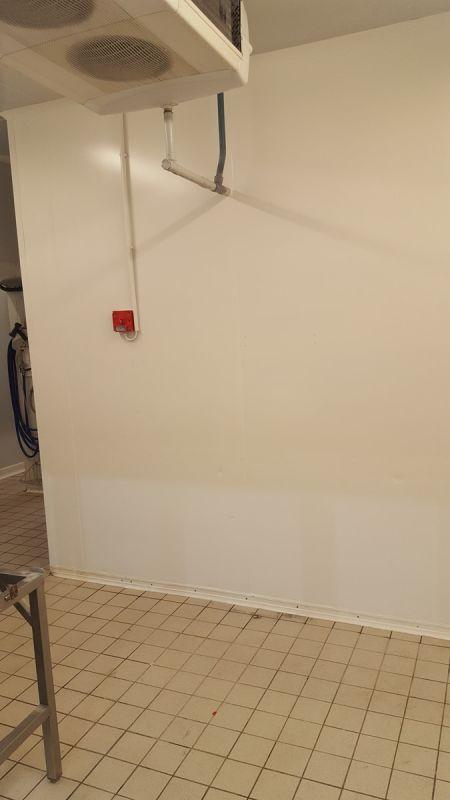 Mise en peinture de la chambre froide de la boucherie sur le ...